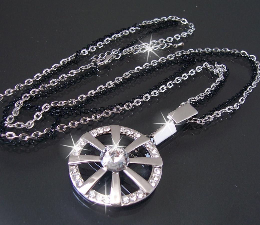 Schlichte Halsketten aus Gold oder Silber mit Anhänger in Kombination mit Ohrhängern wirken immer stilsicher. Wer's gerne knalliger mag, greift zu auffälligen Halsketten und sonderbaren Ohrklemmen.