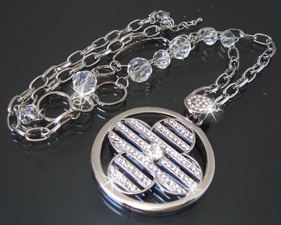 Zu lange Halsketten lassen kleine Frauen oft gestaucht aussehen und zu kurze Halsketten bei großen Menschen wirken häufig etwas verloren. Zusätzlich können Sie die Länge Ihrer Silberkette auch nach Outfit und Style bestimmen.