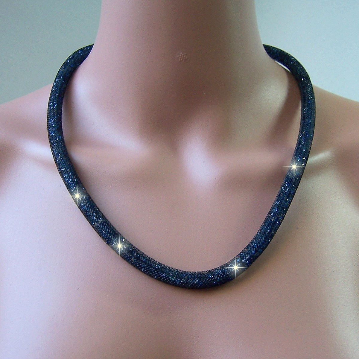 K1403# Collier 58cm lang Strasskristalle dunkelblau in 3D-Netzschlauch
