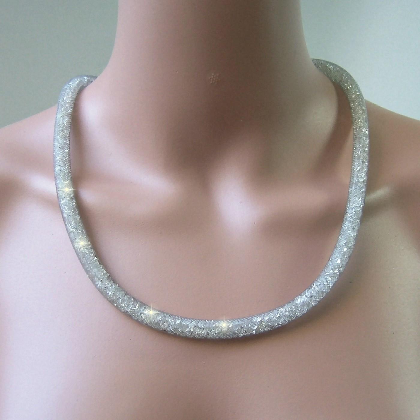 K2244# Collier 58cm lang Strasskristalle silbergrau in 3D-Netzschlauch