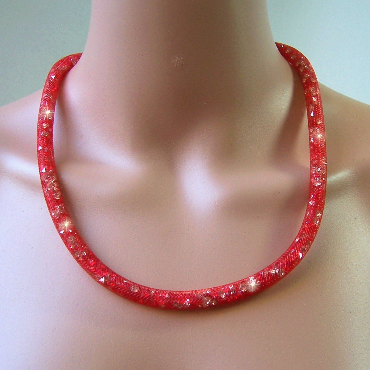 K2840# Collier 58cm lang Strasskristalle rot in 3D-Netzschlauch